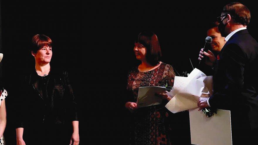 Fot. Zdjęcie podczas wręczania podziękowania Modrakom z okazji Jubileuszu